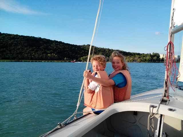 Gyerekek a vitorlás hajón