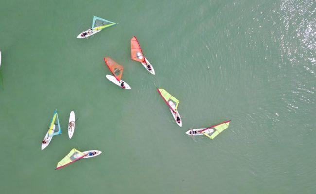 Pihenő szörf tanulók a vízen